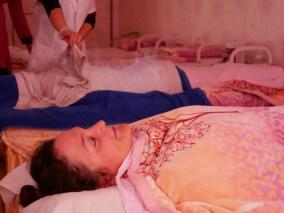 Traditionelle chinesische Medizin. Die Paste aus 46 Kräutern wirkt ein.// Traditional chinese medicine. The paste which is made of 46 herbs is working on my back.