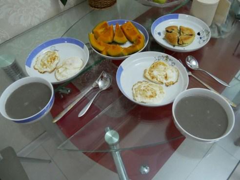 Frühstück mit Ei, Kürbis und Brei aus 13 Getreidesorten.// Breakfast with egg, pumpkin and porridge made of 13 kinds of grain.