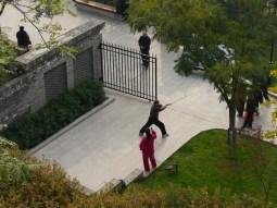 Chinese use public space to do sports.// Chinesen nutzen öffentlichen Raum, um Sport zu machen.