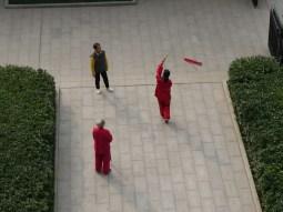 Chinese use public space to do sports - here: sword dance.// Chinesen nutzen öffentlichen Raum, um Sport zu machen - hier: Schwerttanz.