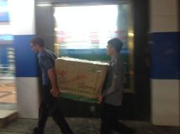 Daniel and a employee of the hotel carry our luggage through Jinghong.// Danie und ein Hotelngestellter tragen unser Gepäck durch Jinghong.