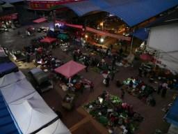 Der Markt vor unserer Tür vor Sonnenaufgang.// The market in fronnt of our door before sunrise.