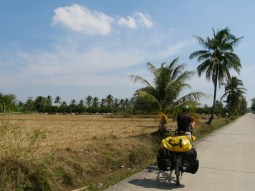 Even a country road is perfectly paved in Thailand.// Sogar Feldwege sind perfekt gemacht in Thailand.