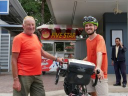 Michel from Belgium travels every year for 6 months with his bicycle. He is over 60.// Michel aus Belgien reist jedes Jahr 6 Monate mit seinem Rad. Er ist über 60.
