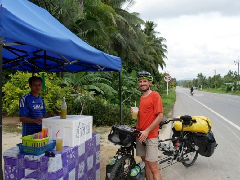 Letzter Tankstopp vor Malaysia: Zuckerrohrsaft.// Last pit stop before Malaysia: sugar cane juice.