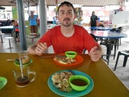 Daniel, wenn er essen und nicht fotografiert werden will. Essen: Roti Canai, ein typisches malaysisches Frühstück. // Daniel, when he wants to eat and not being fotographed. Food: Roti Canai, a typical malay breakfast.