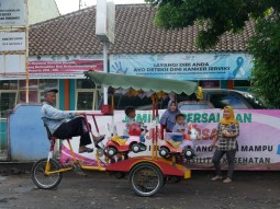 Great fun for kids: sustainable carousel.// Kinderspaß mit fußbetriebenem Karussel.