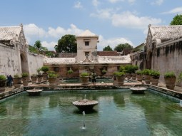 Water Palace,Yogya, the bathing and pleasure place of former kings.// Wasserschloss Yogya, wo sich der Koenig frueher badete ud vergnuegte.
