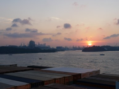 Sonnenaufgang im Hafen von Singapur.// Sunrise at the harbour of Singapore.