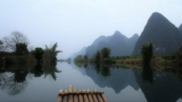 Bamboe vlot over Yulong River