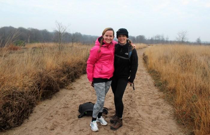 Hilde en Paula wandelen Pieterpad