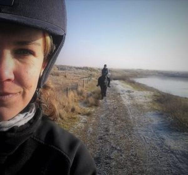 Grietje en Paula paardrijden op Ameland in de winter