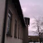 Nawisy lodowe na krawędzi dachu budynku