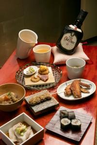 唐津焼の白い片口と汲み出し茶碗が、オールドパーを和に引き込む