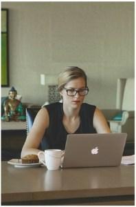 femme apple bureau