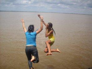 Eu e Stefany pulando na agua