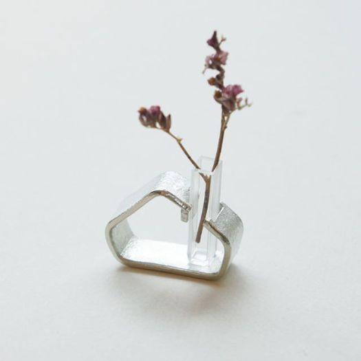 日本橋のコレド室町テラスで、12/25まで作品を販売しています。新作のおうちのカタチの小さな花器が一番人気です。クリスマスプレゼントにお選びいただいているとのこと。オンラインショップに未掲載の錫作品です。ぜひお手にとってご覧ください。-●2019.12.1(日) - 12.25(水) Creema &Essence 誠品生活日本橋店(コレド室町テラス2F)〒103-0022 東京都中央区日本橋室町3-2-110:00~21:00@creema_andessence ※銀工房wanlingの在店はありません。