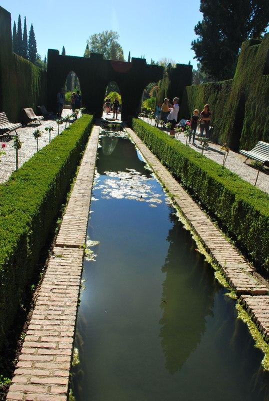 ingenieuze waterkanaaltjes tussen het groen