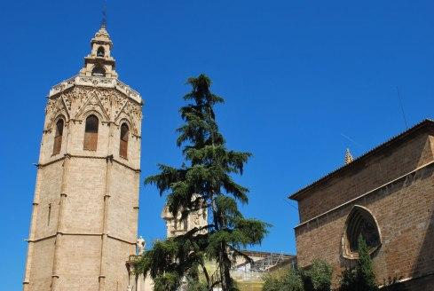 de karakteristieke kathedraaltoren