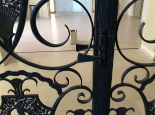 dit kunstige hek schermt de trap naar de privé-vertrekken boven af.