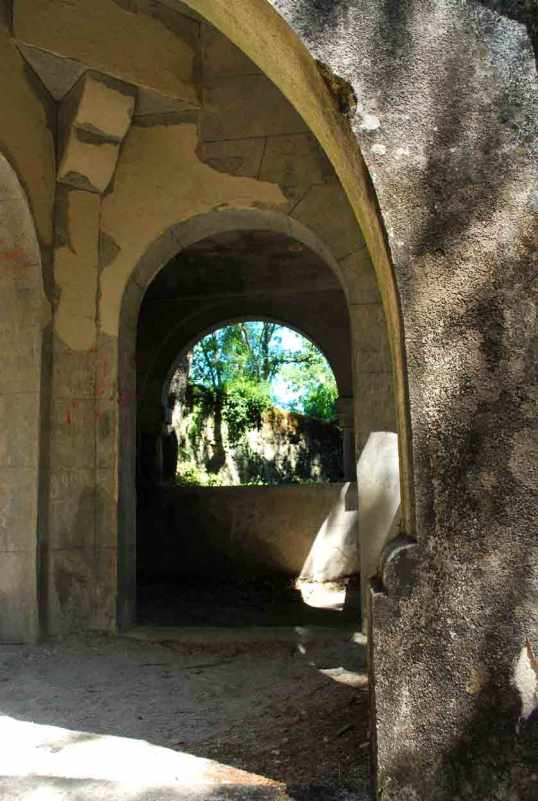 neogotische toren in een hoek van het domein