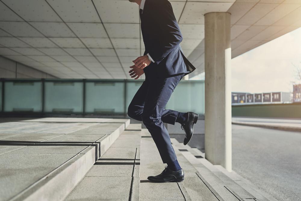 階段を駆け上がる男性