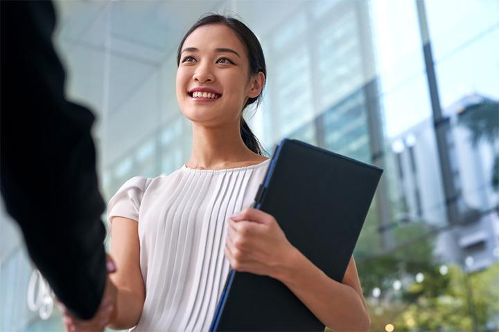 転職では面接が必ず行われますが、いい印象を残して採用を勝ち取るためにはあらかじめ準備をしておくことが大切です。そこで今回は、転職の面接前に確認しておきたい4つのポイントをご紹介いたします。