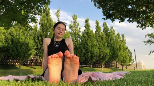 Betsy Shows Her Sexy Soles In Public