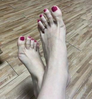 agatha foot model