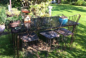 Bord med stole i haven