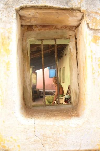 窓の奥のじいちゃん