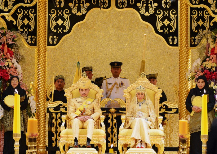 WTFSG_sultan-of-brunei-son-marries-in-gold-studded-glory_3
