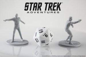 Los accesorios como las miniaturas y dados para Star Trek Adventures no son realmente necesarios sino opcionales para facilitar la inmersión.