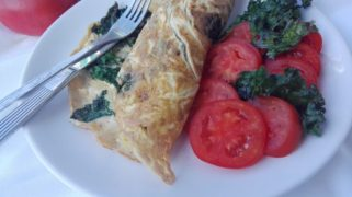 omlet z jarmużem i cukinią