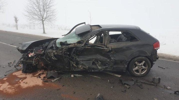 na drodze rozbity samochód osobowy koloru czarnego