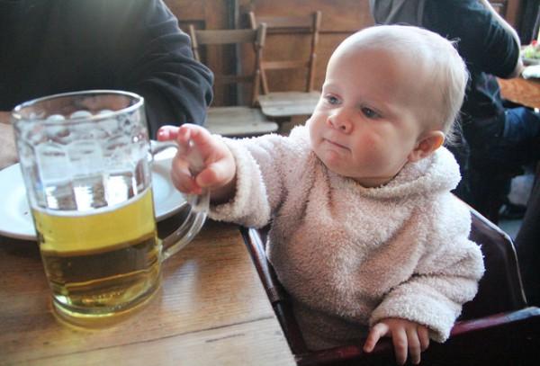 子供が酒を飲む