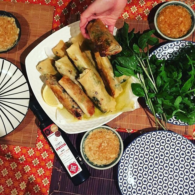 It's all about the dipping sauce @saori_japanese_sauce ・・・ Did you know SAORI Sesame & Soya Japanese Sauce with crushed peanuts makes a perfect spring roll dipping sauce?? I put a bunch of kale & a carrot in the spring rolls ✌️ Healthy & Delish #さおりソース #無添加生活 #春巻き #メルボルンライフ #海外生活 #オーストラリア生活 お家ご飯 #タイ風