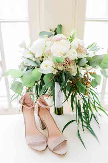 Ivory and pink airy organic bridal bouquet by Warrenwood Manor, photo by Kaylie Plummer Photography