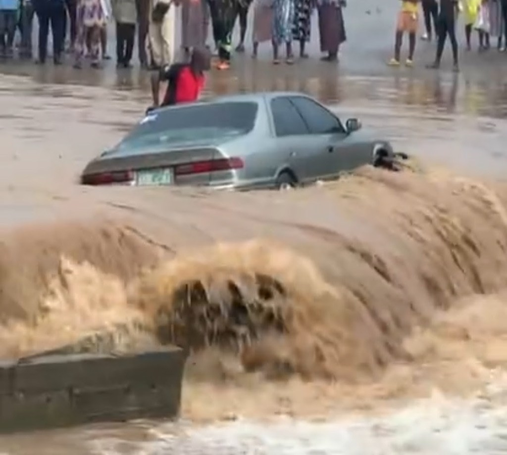 Man gets stranded in his car amid heavy flood in Lagos (Video)
