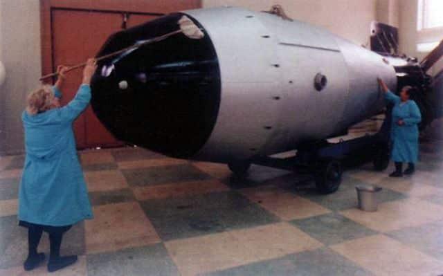 Čo je viac 100 000 ton výtlaku USA lodí alebo 50megaton Ruskej Tsar bomby.