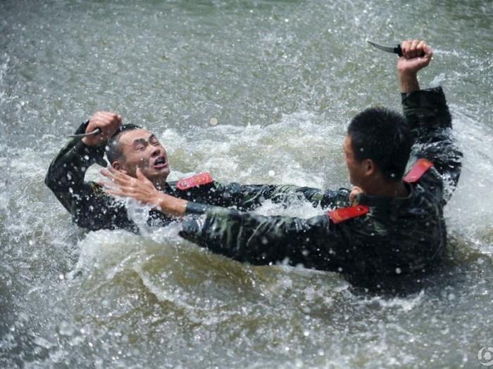 Бой в воде на ножах – всего лишь одна из дисциплин обучения (http://www.gogoqq.com)