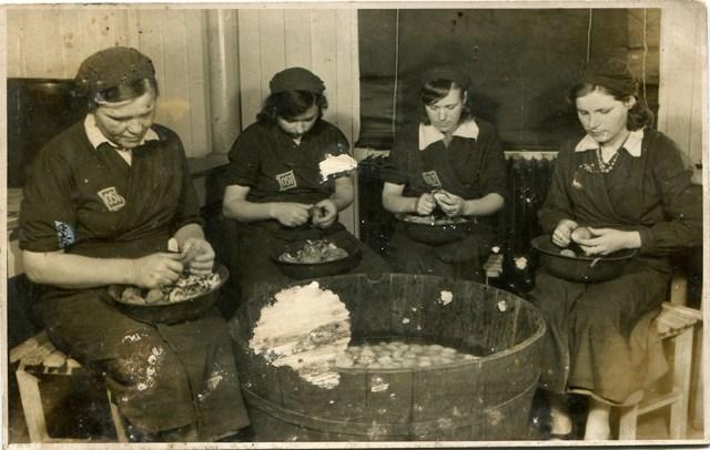 Остовки за работой на кухне. tastorona.su - «Восточные работницы» и их дети   Военно-исторический портал Warspot.ru