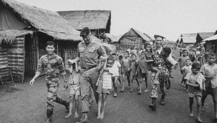 Капитан «Зелёных беретов» Вернон Гиллеспи с местными детьми в одном из горных селений Южного Вьетнама. Осень 1964 года pinterest.com