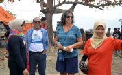 interaksi bupati kayong utara dan ibu diah permata hildi bersama panitia dan turis asing di acara festival karimata 2015 di desa betok menyambut sail karimata 2016