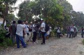 peserta jurnalis trip pada festival karimata 2015 melakukan liputan di kampung sedahan pada hari jumat 16 oktober 2015