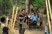 salah satu tim entertaint sedang melatih dan mempersiapkan acara festival karimata 2015 di desa betok menyambut sail karimata 2016