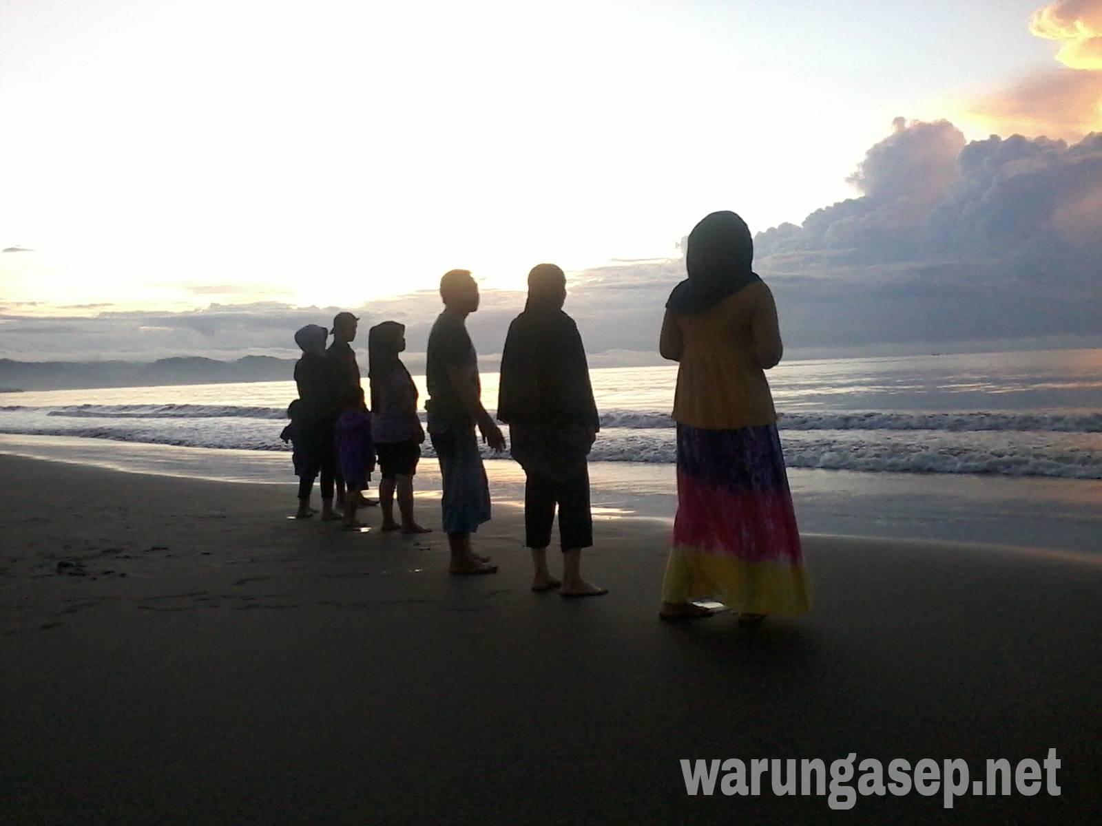 Menikmati Matahari Terbit Di Pantai Timur Pangandaran