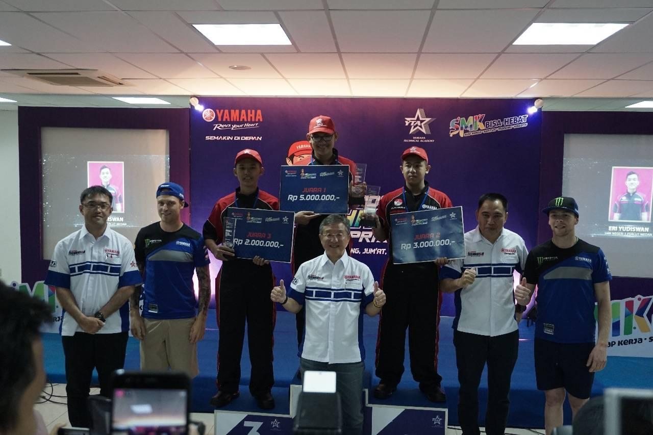 Awarding kontes SMK bersama Management PT Yamaha Indonesia Motor Manufacturing (YIMM) dan pembalap tim Monster Energy Yamaha Factory MXGP, Romain Febvre dan Jeremy Van Horebeek (1 (2)