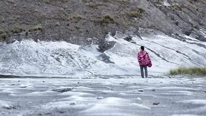 salju di gunung bromo,gunung bromo,salju di bromo,fenomena salju di bromo,suhu udara dingin,kota malang,suhu udara dingin di kota malang,suhu udara dingin di malang,fenomena salju di bromo,bromo,salju bromo,lautan pasir gunung bromo