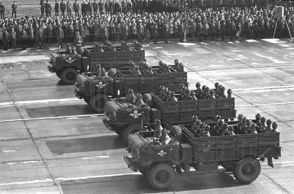 Truppen in der Luft auf der Parade
